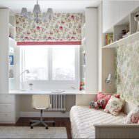 Шторы с кружевным орнаментом на окне детской комнаты