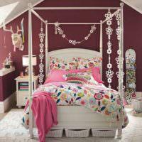 Белая кровать для девочки подростка с яркими рисунками на одеяле