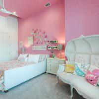 Розовые стены с переходом на потолок в детской комнате