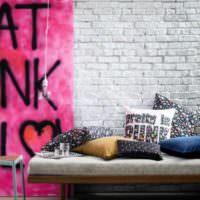 Куча декоративных подушек на диване в детской