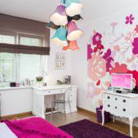 Разноцветные плафоны на люстре в детской комнате