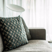 Декоративные подушки с геометрическим орнаментом