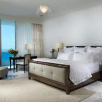 Стильная кровать в спальне на берегу моря