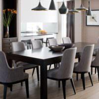 Черный обеденный стол на кухне в стиле минимализма
