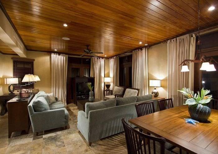 Дизайн комнаты в темных тонах с деревянным потолком
