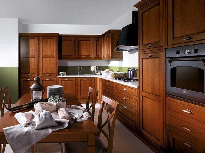 Кухонный гарнитур с коричневой отделкой из натурального шпона