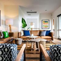Кресла с пестрой обивкой и светло-коричневые диваны