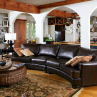 Темно-коричневый диван в интерьере гостиной частного дома