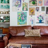 Рисунки с цветами на стене над диваном
