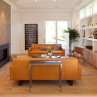 Серый камин рядом с коричневым диваном