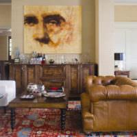 Коричневый диван на пестром ковре