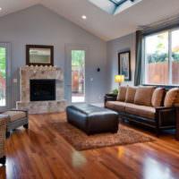 Интерьер гостиной с высоким потолком