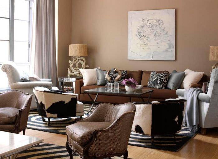 Коричневый диван с тканевой обивкой в гостиной с бежевыми стенами