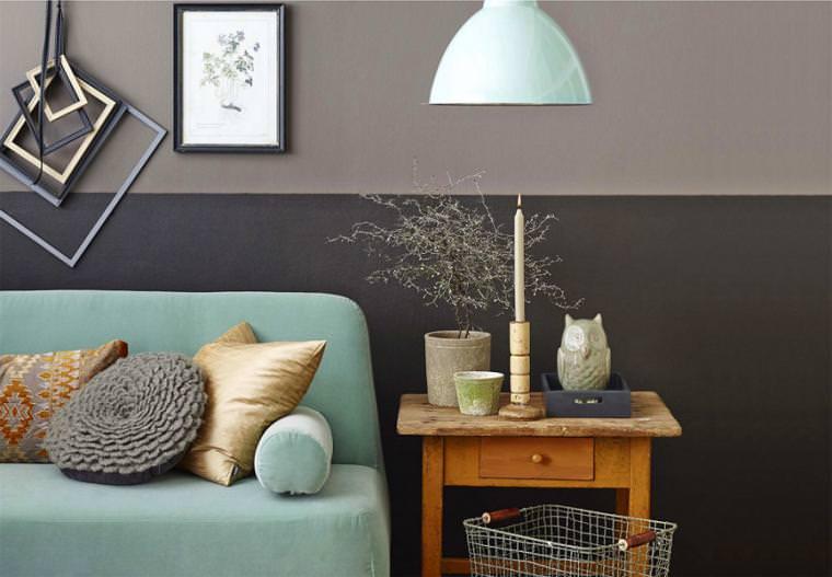 Деревянный столик коричневого цвета рядом с мятным диваном