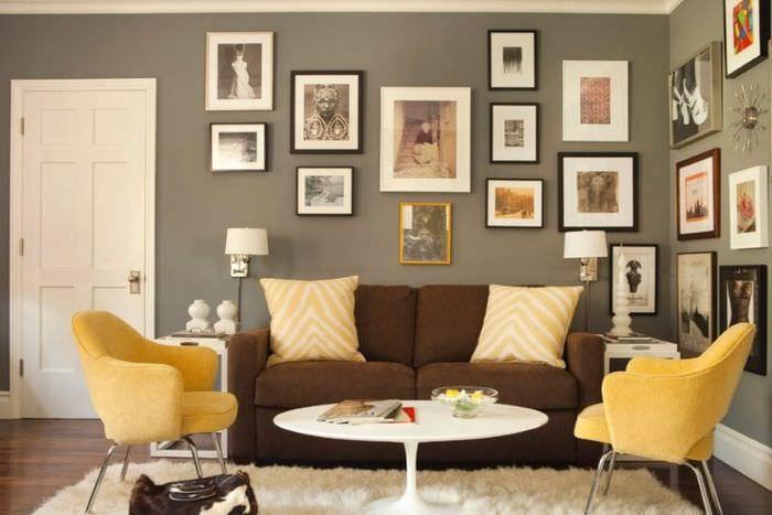 Сочетание коричневого дивана с желтыми креслами