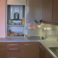 Полочки для кухонной утвари внутри шкафа с газовым котлом