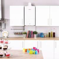 Сочетание белого газового котла с кухонным гарнитуром аналогичного цвета