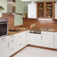 Газовый котел с белым корпусом на кухне городской квартиры
