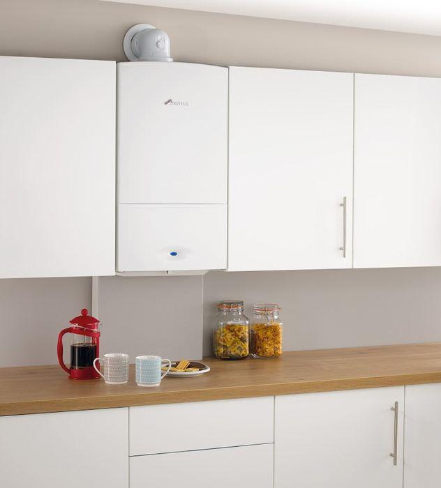 Интерьер кухни с белым газовым котлом между кухонными шкафчиками