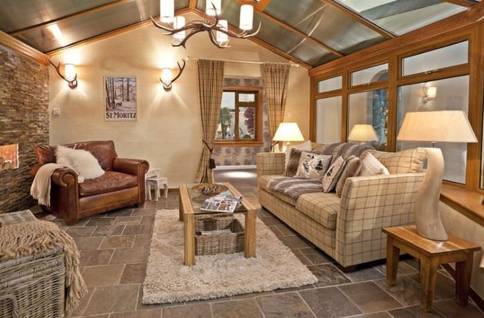 Керамический пол в гостиной дачного домика