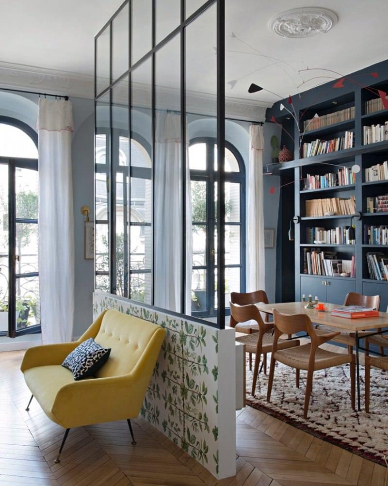 Декорирование интерьера гостиной стеклянной перегородкой