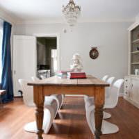 Ретро стол из массива дерева и современный пластиковые стулья