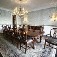 Деревянный стол в обеденной зоне частного дома