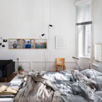 Черное кресло в белой спальной комнате