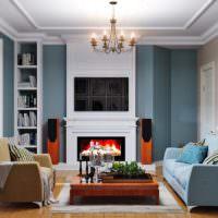 Разноцветные диваны в интерьере гостиной с камином