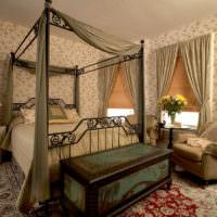Старинный сундук в декорировании спальни