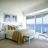 Светлая спальня с видом на море