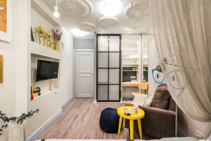 Потолок с лепниной в детской комнате для подростка