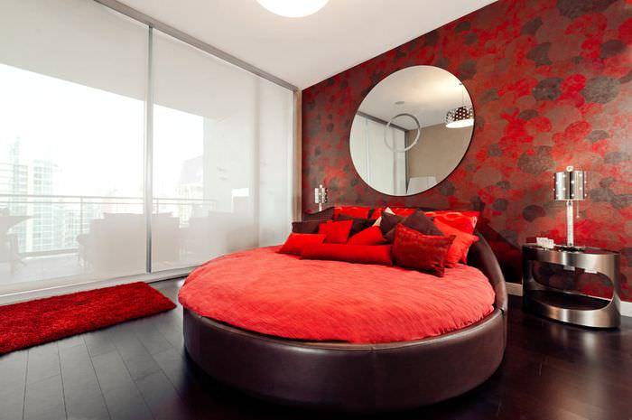 Современный интерьер спальни с красными оттенками