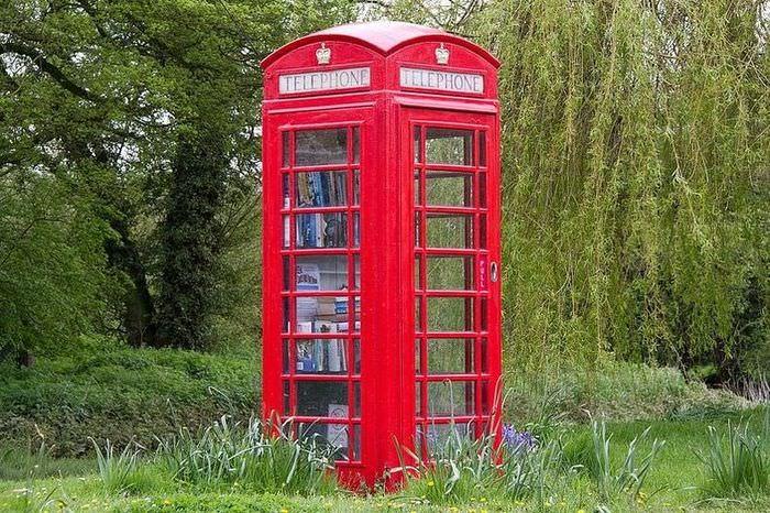 Английская телефонная будки красного цвета в ландшафтном дизайне