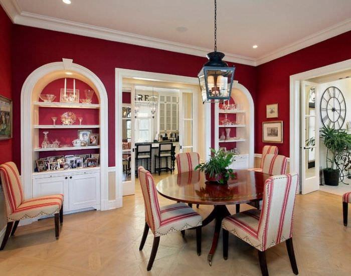 Сочетание красного цвета с белым в интерьере гостиной