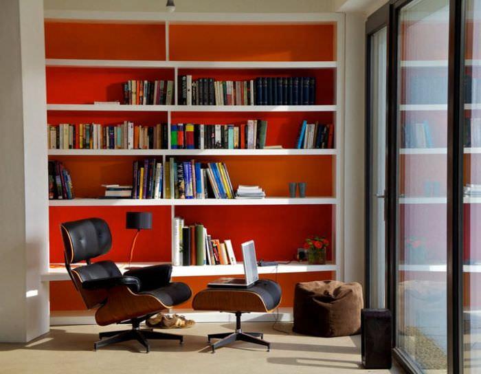Книжный стеллаж с красным фоном