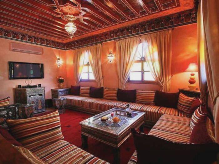 Красный цвет в интерьере марокканской гостиной