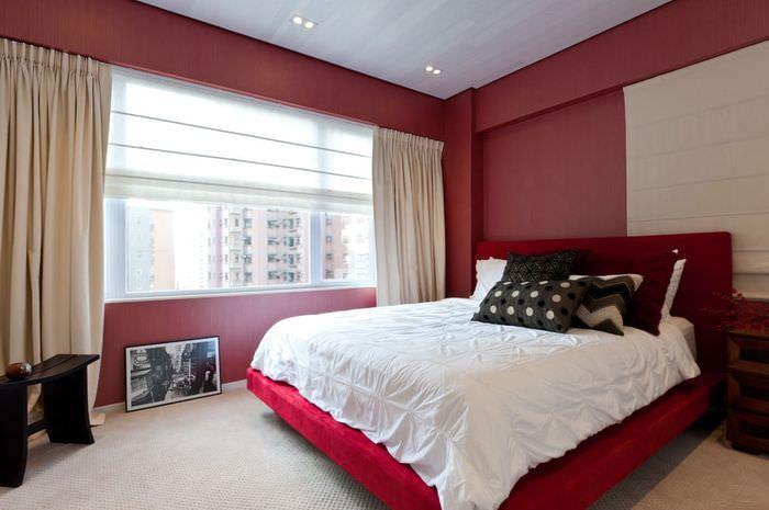Интерьер спальни в стиле минимализма с красными стенами