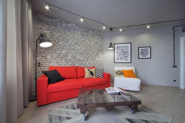 Красный диван в гостиной серого цвета