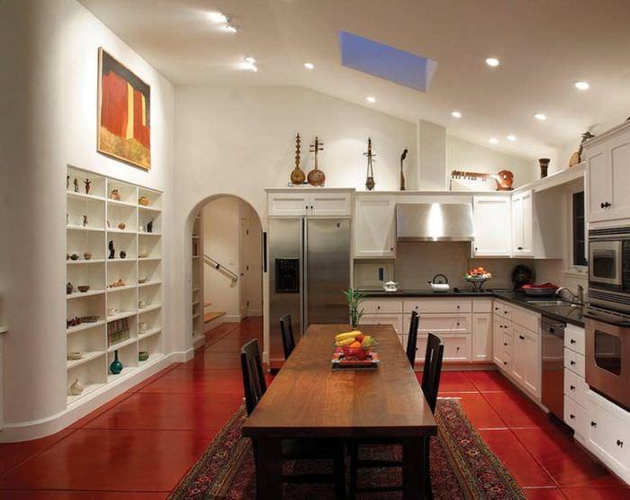 Интерьер кухни частного дома с красным полом