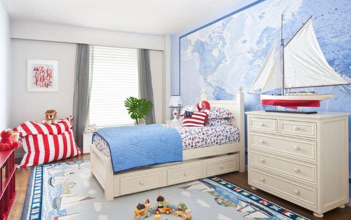 Интерьер детской комнаты в морской тематике с красными акцентами