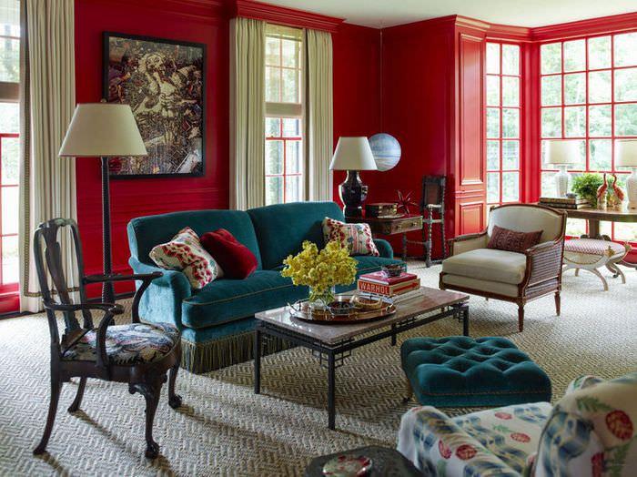Красная стена в интерьере гостиной загородного дома
