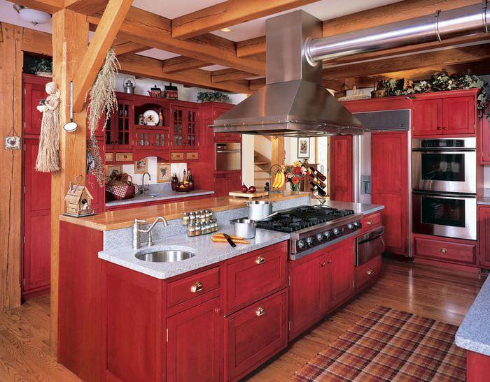 Интерьер кухни в стиле кантри с преобладанием красного цвета
