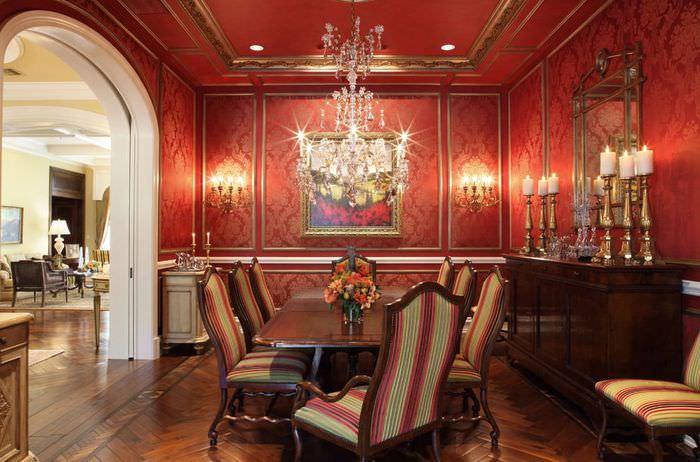 Интерьер классической гостиной в красном цвете