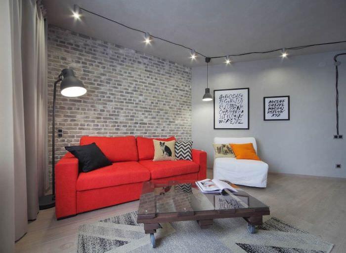 Красный диван в сером интерьере лофт стиля