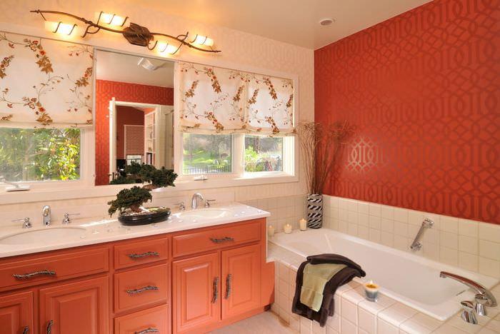 Сочетание бежевого и красного цветов в оформлении ванной комнаты