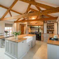 Деревянные балки в интерьере кухни частного дома