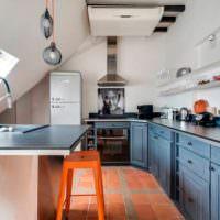 Керамическая плитка на полу кухни в мансарде