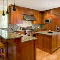 Дизайн кухни частного дома с деревянным гарнитуром
