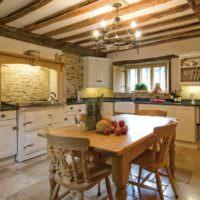 Резные стулья из древесины на кухне частного дома